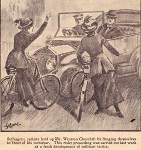 Súffragettur stöðva hér bíl Winstons Churchill með reiðhjólunum sínum, árið 1912. Myndin er sótt hingað.